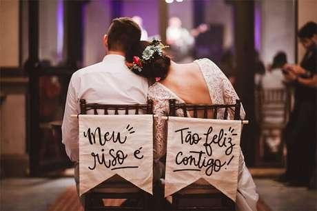 14. Meu riso é tão feliz contigo, plaquinhas de casamento. Fonte: Enoivado