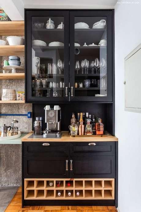 63. Mini adega de madeira para sala de estar com armários para taças – Por: Revista Viva Decora