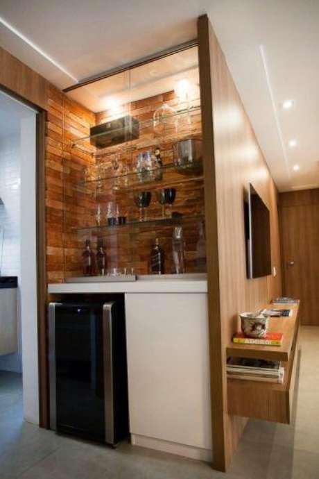64. Mini adega de madeira para sala – Por: Revista Viva Decora
