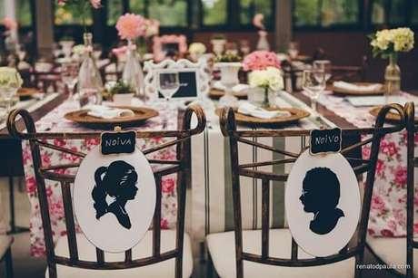 15. Personalize as plaquinhas de casamento das cadeiras dos noivos com a imagem de cada um. Fonte: Casando com Amor