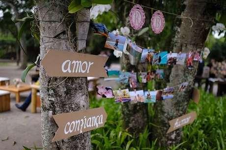 16. Placas para decoração de casamento fixas na árvore. Fonte: Pinterest