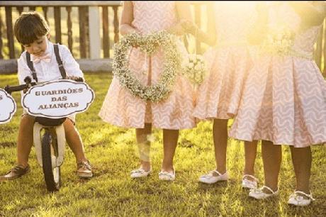"""18. Plaquinhas de casamento com a frase """"Guardiões das alianças"""". Foto por Analu e Antonioni Fotografia"""