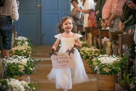 """73. Plaquinhas de casamento com a frase """"Lá vem a noiva"""". Fonte: Pinterest"""