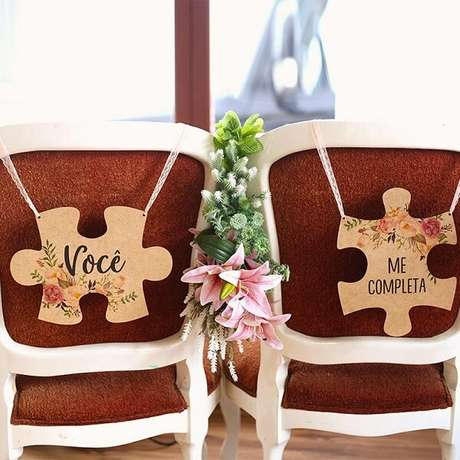 55. Plaquinhas de casamento criativa de quebra-cabeça para cadeira dos noivos. Foto por Chic no Último