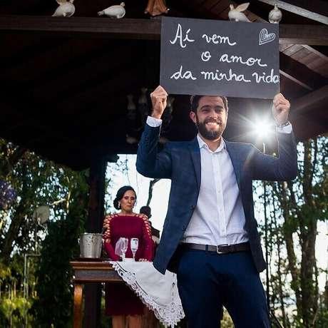 60. Plaquinhas de casamento segurada pelo próprio noivo na hora do sim. Foto por Leonardo Zanforlin Fotografia