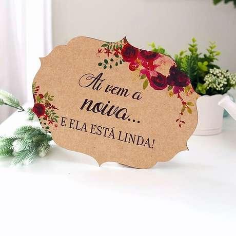 50. Plaquinhas de casamento delicada feita em madeira para a entrada da noiva. Foto: Chic no Último