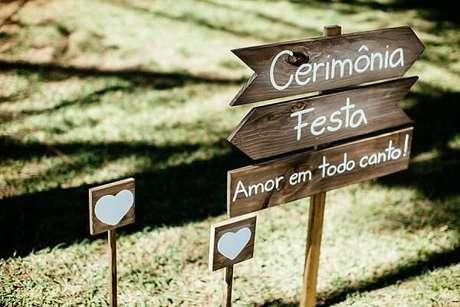 1. Plaquinhas de casamento informativa feita em madeira. Fonte: Guia Casar Bem