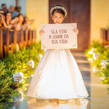 """61. Plaquinhas de casamento com a frase """"Lá vem o amor da sua vida"""". Fonte: Dicas de Mulher"""