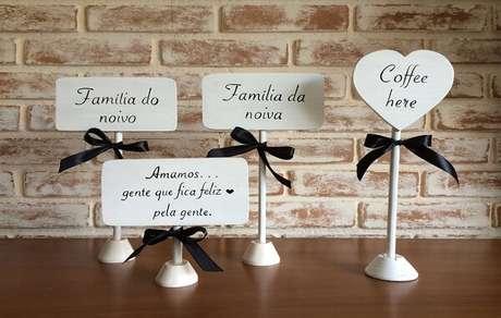 27. Plaquinhas de casamento criativas para decoração das mesas dos convidados. Fonte:Universo das Noivas