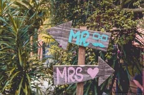 """28. Plaquinhas de casamento com a escrita """"Mr e Mrs"""". Fonte: Pinterest"""