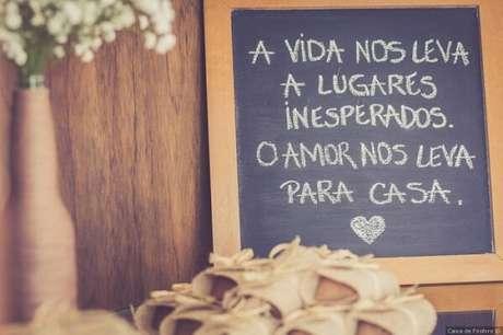 """8. Plaquinhas de casamento com a frase """"A vida nos leva a lugares inesperados. O amor nos leva para casa """". Fonte: Pinterest"""