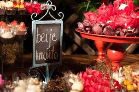 """29. Plaquinhas de casamento com a frase """"Beije Muito"""". Fonte: Pinterest"""