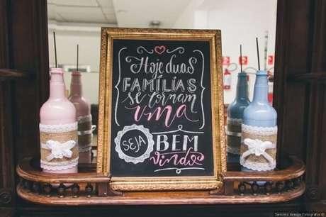 """32. Plaquinhas de casamento com a frase """"Hoje duas famílias se tornam uma"""". Fonte: Pinterest"""