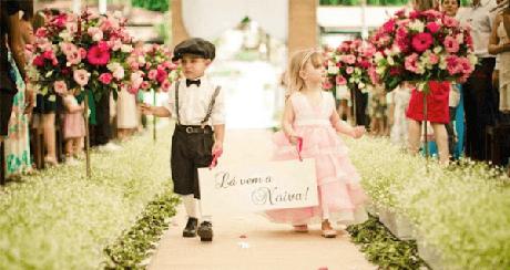 """64. Plaquinhas de casamento com a frase """"Lá vem a noiva"""" segurada pelo pajem e pela daminha. Fonte: Pinterest"""