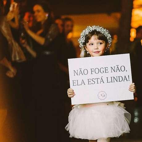 """34. Plaquinhas de casamento com a frase """"Não foge não ela está linda"""". Fonte: Pinterest"""