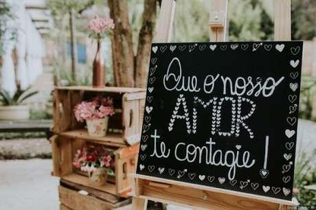 """49. Plaquinhas de casamento com a frase """"Que o nosso amor te contagie"""". Fonte: Pinterest"""