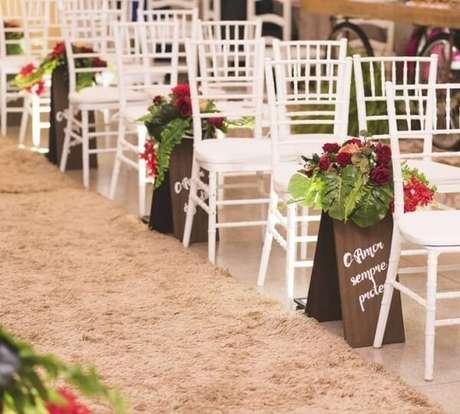 68. Plaquinhas de casamento enfeitam a área de entrada dos noivos. Fonte: Meraki Eventos