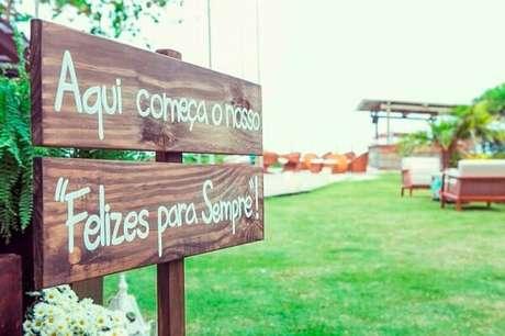 39. Plaquinhas de casamento feitas de madeira para entrada da festa. Fonte: Inesquecível Casamento