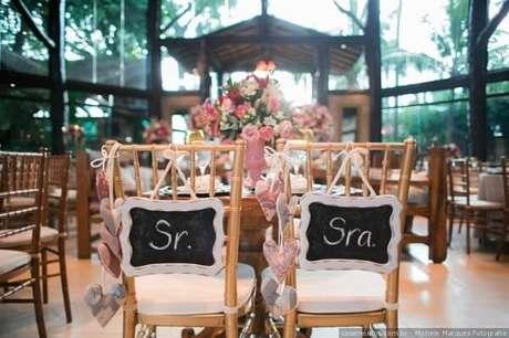 69. Plaquinhas de casamento simples para a cadeira dos noivos. Foto por Michele Marques Fotografia