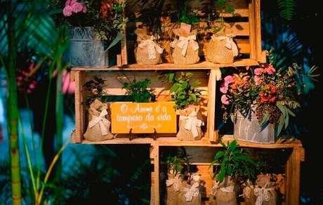 42. Plaquinhas decorativas dispersas pelo salão de festas. Fonte: Pinterest