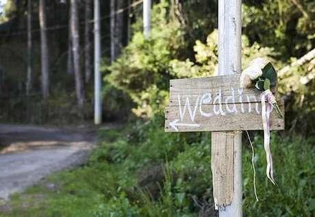46. Plaquinhas de casamento informativas para a cerimônia. Fonte: Revista Casa e Jardim