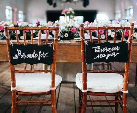 """48. Plaquinhas de casamento para cadeira dos noivos com a frase """"Por onde for…quero ser seu par"""". Fonte: Blog Meu Casamento"""