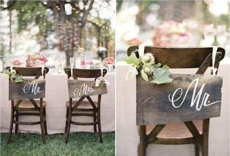 51. Plaquinhas de casamento para cadeira dos noivos com estilo rústico. Fonte: Pinterest