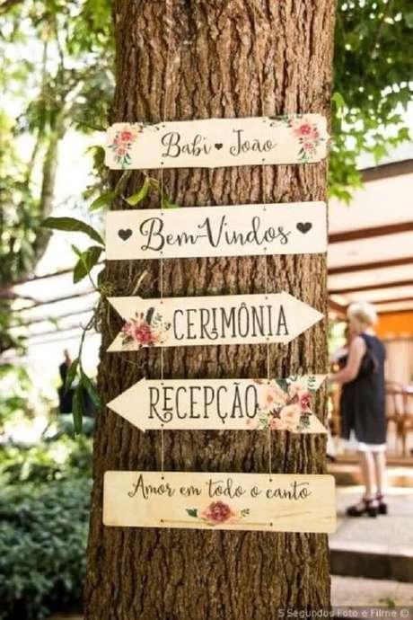 56. Plaquinhas de casamento penduradas na árvore encantam a decoração. Fonte: Pinterest