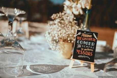 47. Plaquinhas de casamento para serem expostas nas mesas dos convidados. Fonte: Pinterest
