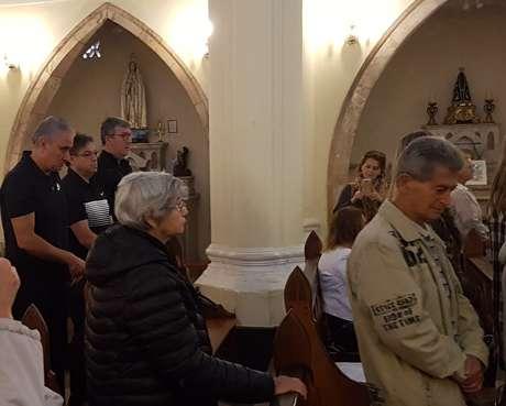 Tite (à esquerda) assistiu à missa muito compenetrado, na manhã desta sexta, em Teresópolis