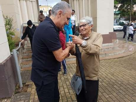 Na saída da igreja, o técnico recebeu o carinho dos fiéis da Paróquia Santa Tereza, em Teresópolis