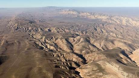 A falha de San Andreas tem 1,3 mil quilômetros de extensão e delimita as duas maiores placas tectônicas do planeta