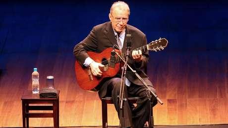 Cantor e compositor morou no exterior por quase duas décadas