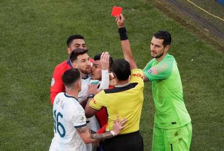 Messi vê cartão vermelho após lance com Medel