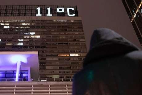 Pedestres enfrentam frio na Avenida Paulista, nas proximidades do cruzamento com a Rua Augusta, em São Paulo.