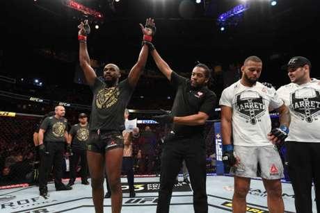 Jones derrotou Marreta na luta principal e segue imbatível na divisão dos meio-pesados (Foto: Getty Images/UFC)