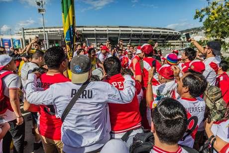 Torcedores chegam ao Estádio do Maracanã para a final da Copa América 2019 entre Brasil e Peru, na zona norte do Rio de Janeiro