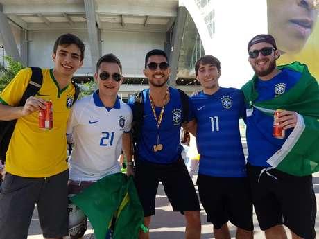 Pietro, de camisa branca, quer que Tite continue na Seleção; Guilherme, de amarelo, prefere que o técnico saia