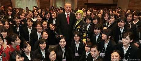 Erdogan e sua esposa, Emine, durante visita a uma universidade exclusiva para mulheres no Japão