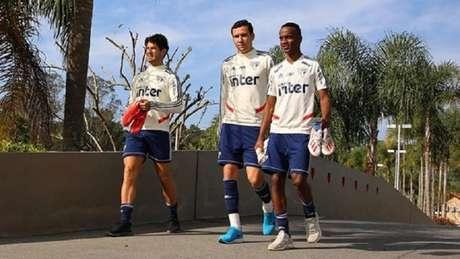Pato, Pablo e Helinho caminham em direção ao campo de treinos no CT de Cotia (Foto: Rubens Chiri/saopaulofc.net)