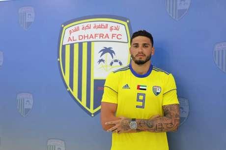Brasileiro com a camisa do Al Dhafra (Foto: Divulgação)