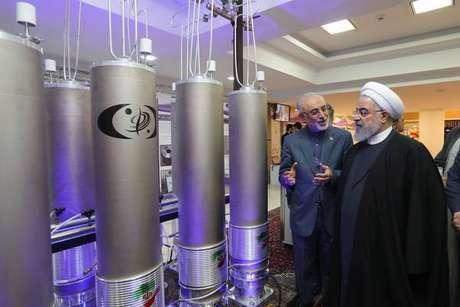 Presidente Hassan Rohani inspeciona instalação de energia nuclear em Teerã