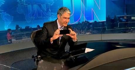 Apresentador do JN encontrou um jeito divertido de criticar as 'pegadinhas' usadas para gerar audiência virtual