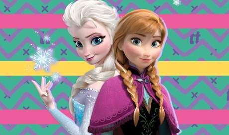 4 ANNA E ELSA SÃO PRIMAS DE RAPUNZEL: dá pra ver a Rapunzel e a Eugene chegando para a coroação de Elsa e considerando que elas não vivem em Arandelle (já que Enrolados se passa na Alemanha), elas devem fazer parte da lista VIP do evento. Além disso, há algumas similaridades como ambas, Rapunzel e Elsa, são loiras e tem poderes meio bizarros. Tipo, o cabelo de uma é mágico e a outra faz nevar com as mãos. Já parou para pensar que o rei pode ter aquele jeito de lidar com os poderes de Elsa por medo da filha ser sequestrada como Rapunzel foi.