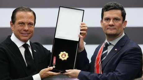 Doria entrega a Moro a Medalha da Ordem do Ipiranga, no grau Grã-Cruz, no Palácio dos Bandeirantes, em junho.