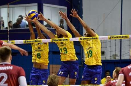 Bloqueio brasileiro em ação (Marcos Ribolli/Vôlei Renata)