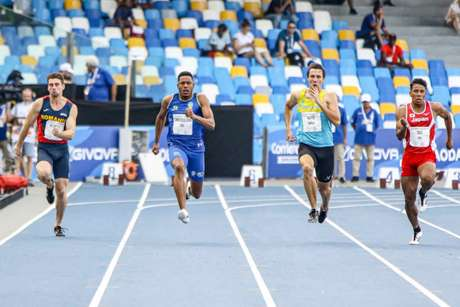 Paulo André Camilo (azul) teve de fazer prova de recuperação para buscar vaga nos 100m (Thiago Parmalat/CBDU)