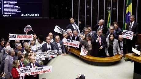 Deputados da oposição levaram faixas contra a reforma
