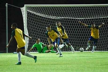 Universitários do Brasil festejam um dos gols da sofrida vitória sobre a Ucrânia ontem (Saulo Cruz/CBDU/Divulgação)