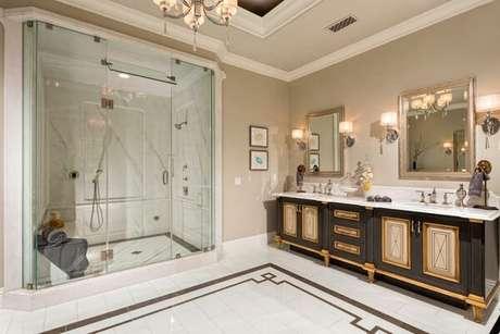 10. A acabamento do armário do banheiro na cor dourada traz personalidade ao espaço. Fonte: Design Trends
